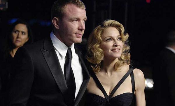 Судья просит Мадонну и Гая Ричи не травмировать их ребенка